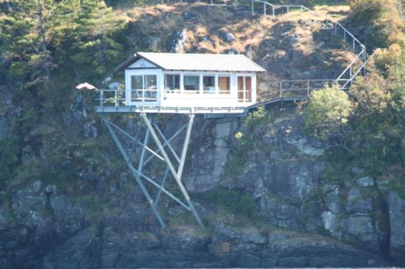 Couldnt help taking a picture of this cabin, there is just no way i would live there!!!!!
